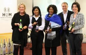 Persfoto dochter en kleindochter presenteren Mandela wijn in Nederland